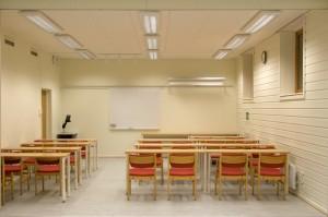 I kjelleren er det en lys og trivelig undervisningssal.